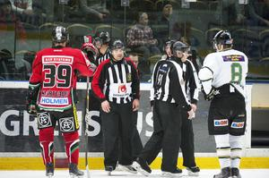 Svartvadet och Lindström, här i Färjestad, under en av alla domarkonferenser på isen. Foto: Sporten.