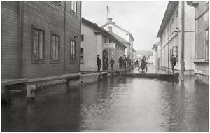 Nybrogatan mot ån, från Engelbrektsgatan.  (vykort)