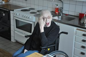 Mor Märta i Röste tycker inte det är så intressant med den 11/11 2011. Hon gäspar precis på sekunden klockan 11:11.11. Det fångade jag på bild. Mor sitter hemma i köket och radion står på med Sök och finn från Lindefallet.Med vänliga hälsningarPär Nordqvist