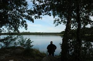En underbar sommarmorgon gjorde Sven Eriksson, Stig Svärd och Sven-Olle Nordgren en fotoutflykt till Toftsjön, Sven-Olle var vår guide och vägvisare. Sjön låg spegelblank, endast tranornas läten hördes i fjärran, i övrigt rådde absolut tystnad. På fotot blickar Sven Eriksson ut över Tofsjöns spegelblanka yta.