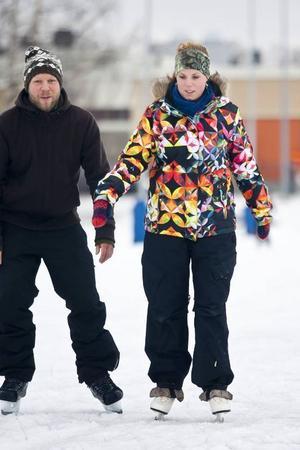 Lite vingligt men hyfsat bra ändå. Kicki Johansson berättade att hon bara åkt någon enstaka gång de senaste 20 åren. Ronny Östberg kände sig stadigare på skridskorna.