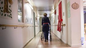 Äldre har rätt och ska ges en god omvårdnad, skriver tre företrädare för Vårdboendenämnden i Örebro. Som anställd har man skyldighet att slå larm om man ser brister i vården. /FOTO: Ida Forsgren