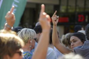 Tysta protester med fingrar i luften när partiledare Jimmie Åkesson (SD) valtalade i Södertälje förra året.