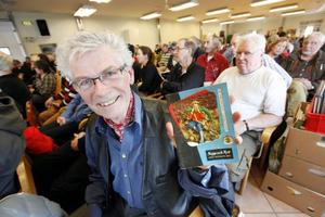 En av de mer nöjda besökarna på auktionen var Åke Nordenberg från Ås. – Jag ropade in kataloger om fiske, och det här gamla numret av Napp och Nytt, säger han belåten med sitt kap.