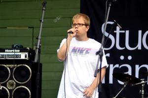 80-talslåtar. Artisten VERA, alias Anders Rotqvist, startar med 80-talslåten