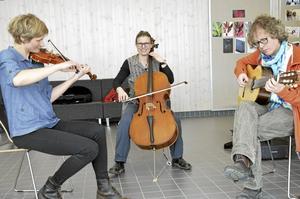 Kulturskolelärare. Anna Johansson, Camilla Malén Friman och Klas Friman har tillsammans gjort flera läroböcker för barn som spelar stråkintrument av olika slag.Foto: Kerstin Schönström