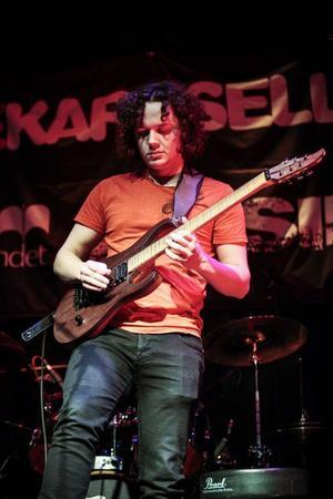 Anton Enqvist spelade finstämd musik med sin gitarr.