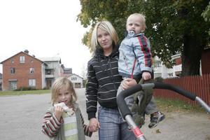 Pernilla Ljungkvist tycker att det låter bra med öppna skolskjutsar och hon tror att många kan behöva åka med där det annars inte går någon kollektivtrafik. Barnen heter Maia och Timothy Ljungkvist.
