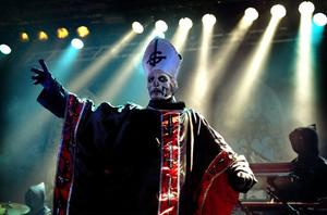 Papa Emeritus leder spökligan.