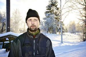 -Visst är det oroligt och olustigt att vargarna går mellan gårdarna och hästhagarna här i byn, säger Lars-Erik Bergman.