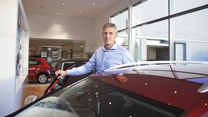 Jörgen Andersson, vd för Fagersta Motorforum, säger att företaget sålt mellan 600 och 700 bilar som berörs av felaktig mjukvara, som får utsläppen att verka mindre än vad de egentligen är.