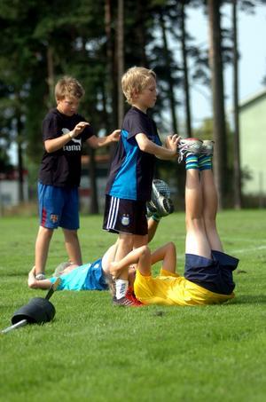 Oskar Samuelsson och klubbkompisen Gustav Meriloo hjälps åt i en parövning på fysträningspasset.