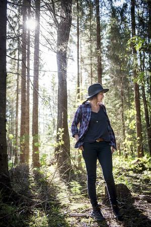 I skogen känner Rania lugnet. Att skala ner och leva enklare är något som har vuxit fram under året.