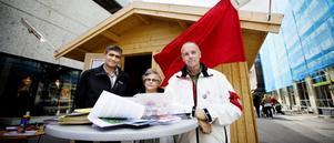 I Socialdemokraternas valstuga: Marzavan Arafat, Erika Engberg och Lars B Andersson.
