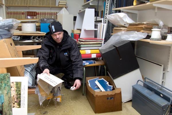 """Rädda inventarier. Första prioriteringen var att dammsuga upp allt vatten i källaren, berättar Stefan Glaser, på Avestaföretaget Corvara industri och skadeservice. """"Sedan började vi med att rädda alla möbler och instrumenten, som var det mest värdefulla"""", säger han."""