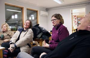 Agneta Edin, till höger, och Stina Schönning, tvåa från vänster skrattar åt att Stina släpade med en duschpall på en fjällresa för några år sedan. Lotta Liljekvist och Anneli Åberg är en del av ett mer allvarligt samtal.