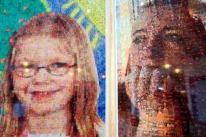 Glada barnteckningar bygger upp bilden av Linn, till vänster. Hon är helt frisk från sin cancer i dag. Kvinnan till höger är den enda av de 14 porträtterade som inte klarat kampen mot sjukdomen. Hennes porträtt består av personliga saker och privata foton som var till tröst och glädje under sjukdomstiden.