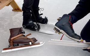 Det finns olika utrustning för att åka långfärdsskridskor. Den längst fram till vänster är en äldre hemmabyggd variant där man spänner fast kängan under en träskiva på skenan. Den längst bak är en något modernare variant där man också använder vanliga kängor som spänns fast i skenan, medan den till höger är