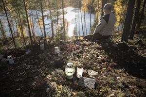 Tony Nordstrand sitter och tittar ut över sjön. Strax intill ligger urnan med Puttes aska nedgrävd. Här ute i naturen trivdes Putte. Här fick han också avsluta sitt liv.
