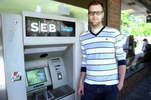 NOGA. Trots att Andreas ofta skyddar koden när han ska ta ut pengar så lyckades man fånga hans siffror på magnetremsan och koden. 5 238 kronor saknades på kontot förra veckan.