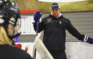 Victor Hedman på sin egen hockeyskola, den som arrangeras i ÖSK:s regi. Varje sommar dyker han upp och förgyller barnens träning. Bild: Linn Grundberg