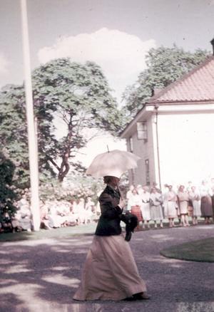 Gudrun Larsén anländer.