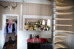 För att få plats med flera gäster blir det  en spiraltrappa upp till övervåningen .