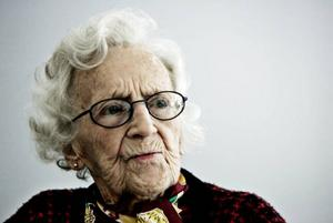 Anna-Stina Högberg har brutit lårbenet och bor därför tillfälligt på Sollidens kortidsboende. Trevligt att få gå på konsert, menar hon.