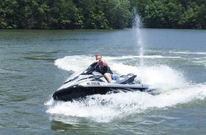 Patrik Sandell med vattenskoter på hemmasjön Lake Norman.