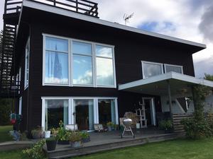 Baksidan och södra sidan av huset på Lindstavägen. Trapp och terass uppe på taket tas bort och den tredje våningen lyfts på med mobilkran och placeras på halva taket till vänster.  Troligen byggs ny terass uppe på tredje våningen.