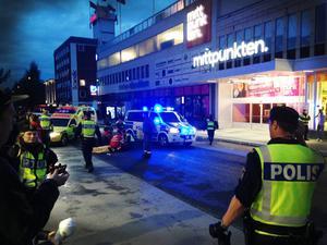 En man i 20-årsåldern fördes i ambulans till Östersunds sjukhus efter att ha blivit utsatt för grov misshandel på torsdagskvällen. Händelsen inträffade på Kyrkgatan i centrala Östersund.