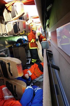 Eleverna låg inne i bussen när räddningspersonalen kom till platsen.