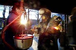 Foto: GUN WIGH Räddning för många. Ingvar Lundkvist håller grytan kokande mitt i julhandeln. Allt fler söker hjälp hos Gävles välgörenhetsorganisationer.