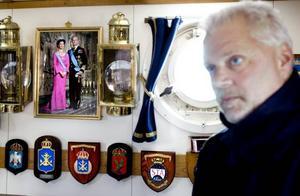 KUNGEN ÄR MED. På de flesta av marinens fartyg finns en bild på kung Carl XVI Gustaf.  Sekond Thomas Falk bjuder på en rundtur till personalens matsal.