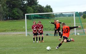 SKOTT. Söderforsspelaren Jesper Olsson laddar ett skott mot mål.