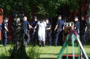Den våldtäktsdömde 18-åringen fördes med handfängsel till polisstationen.