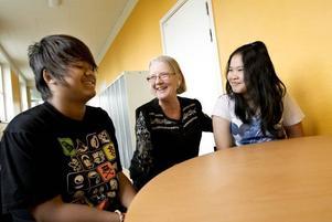 """MOTIVERAD. Games Prasong och Chalinee Hookatok får några timmars undervisning i veckan av Lillemor Eriksson. """"Det är fantastiskt att jobba med de här eleverna. Men det är en stor frustration för alla när resurserna inte räcker till"""", säger hon."""