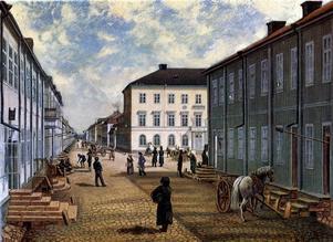 KANONBORSTAR. Från många hus i 1800-talets Gävle stack det ut så kallade hökarviskor. Det var långskaftade borstar som egentligen användes för att rengöra kanonrör men som också markerade att det fanns en handelsbod i huset. Den här oljemålningen gjordes 1892 av Gottfried Leonard Boklund efter en litografi av Ferdinand Tollin från 1832.