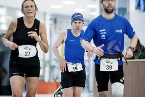 Hasse Byrén (nummer 19) tog maratonloppet i Mariebergs galleria som ett träningspass och hjälpte både vännen Victoria Borg och klubbkompisen Elias Zika med vätska, energi och pepp under loppet. Plus att han avverkade maran på 3.23.24 och blev sexa i tävlingen.