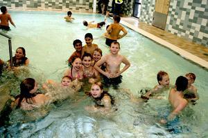 Äntligen! Efter ett års väntan får man bada i lilla bassängen igen. Ett gäng glada barn från Stocksäterskolan tog premiärdoppet vid invigningen.