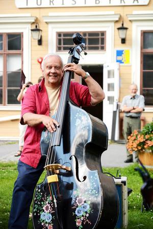 Börje Bengtsson, från Ås, med sin fina ståbas Gulla-Märta.