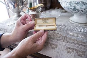 Broschen bar Hans-Olofs farmor när hon gifte sig och på det familjeporträtt som fortfarande hänger i salen på övervåningen.
