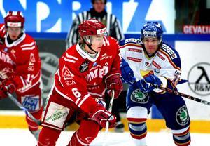 Anton Strålman gjorde två säsonger i Timrå. Här syns han i en duell med Djurgårdens Marcus Nilson under en match 2007.
