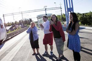 Välkomstkommitté. RFSL-medlemmar och Kristdemokrater mötte Maria vid tåget i måndags kväll.