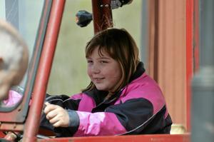 Testar att köra traktor. Malwa Kleist som snart fyller tio år bakom ratten på Gunne Larsson gamla BM Viktor från 1961.