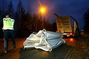 En långtradare körde fast under en viadukt på Upplandsleden. Släpet blev rejält ramponerat. Foto: Annakarin Björnström