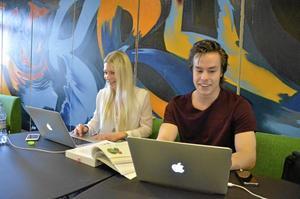 Företagsekonomi. Örebro är en mycket bra stad för studenter, tycker Maja Johansson och Henrik Wedberg. Foto: Anders Erkman