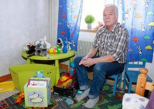 Kent Blix i Lorås, söder om Hammerdal, har startat en lokalorganisation av föreningen Pappa–Barn. Här hemma i barn-rummet.