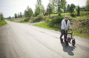 Ilvar Lindberg visste inte han gick genom Årets by i Strömsunds kommun då han med sin rullator vandrade genom Gubbhögen på onsdagen. Men han visste att det var varmt, stekande varmt.