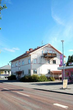 På Lövbergavägen 20 i Strömsund hyr det kommunala bostadsbolaget sex lägenheter av ägaren KS Sweden Real Estate Portfolio. Lägenheterna används för personer som har LSS-beslut.